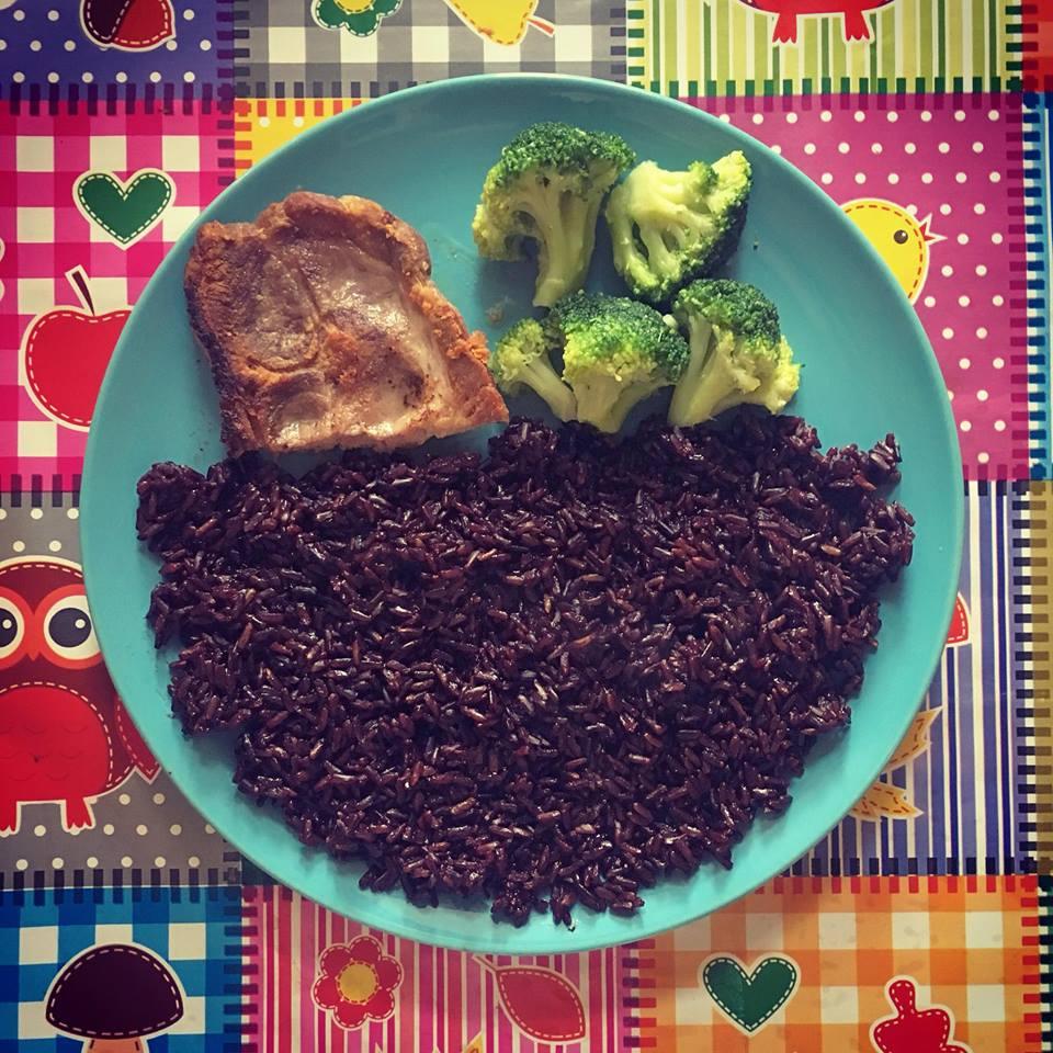 Orez negru, carne de porc, brocoli