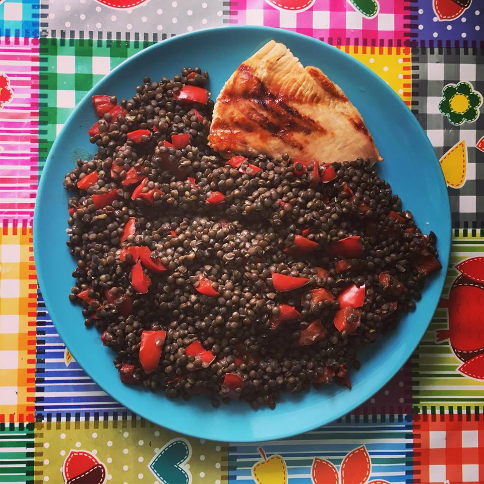 Linte neagra cu ardei rosu si carne de curcan