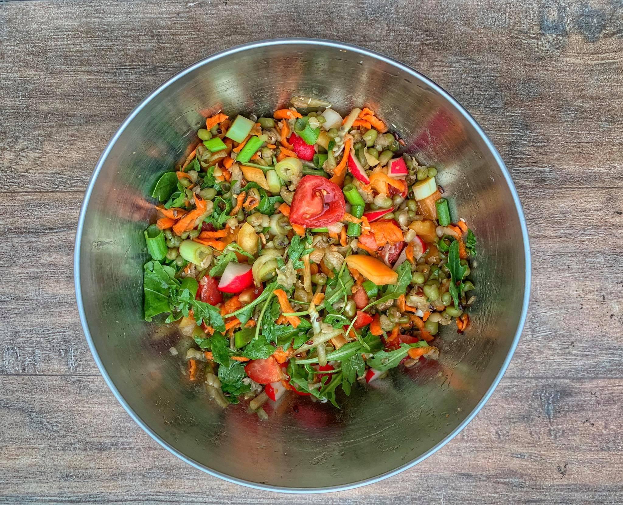 Salata de legume proaspete cu fasole mung
