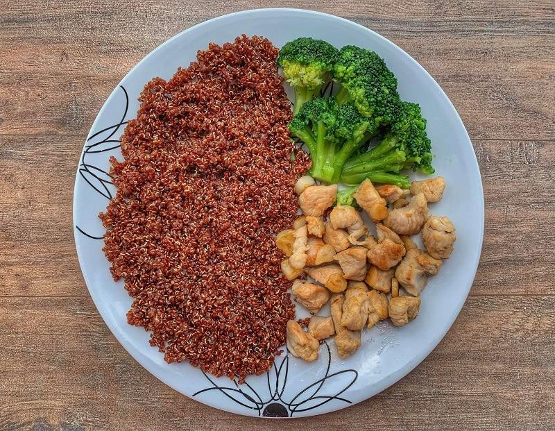 Quinoa rosie, piept de curcan si brocoli