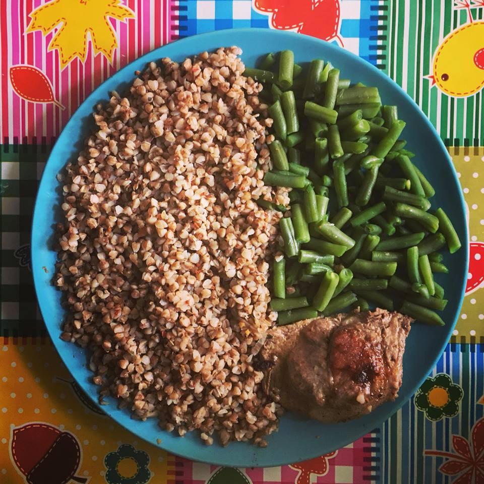 Hrisca, fasole verde, carne de porc