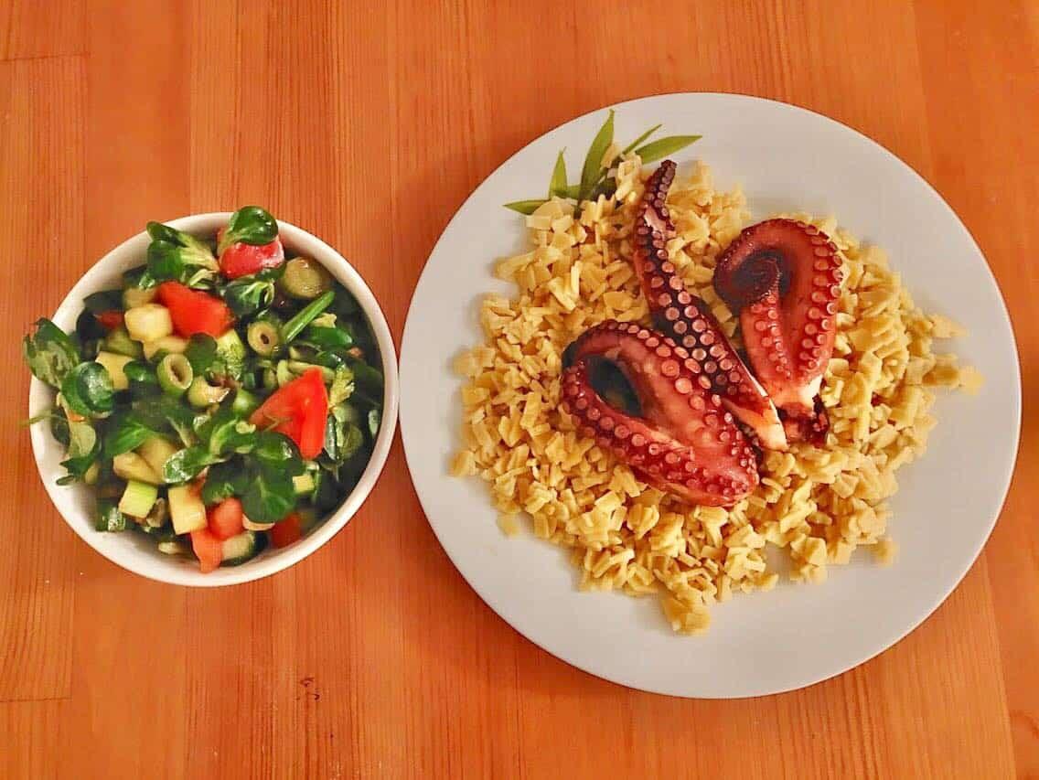 Salata cu legume proaspete, paste grecesti si caracatita la cuptor