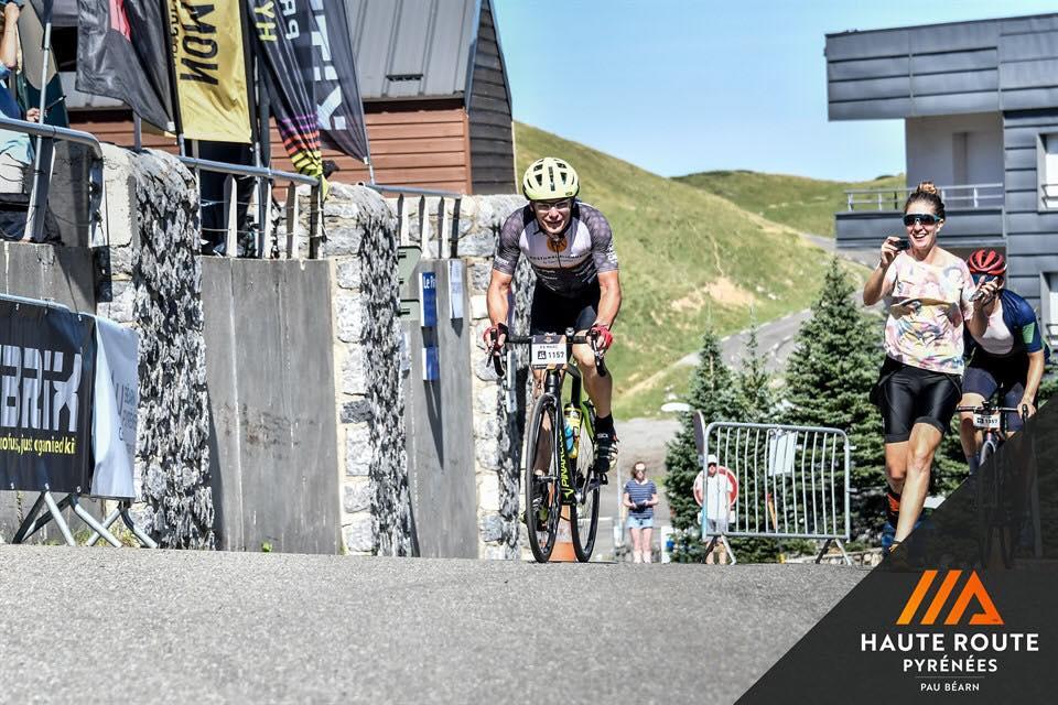 Soigneur, nutritionist sportiv, sotie sau sofer la un tur international de ciclism de 7 zile