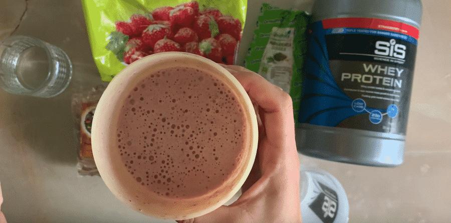 Smoothie cu proteina, capsuni, moringa, roscove si scortisoara